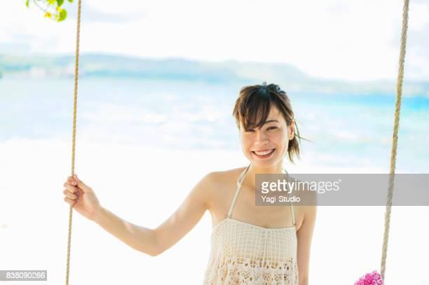 Mujer adulta media en la playa en guam