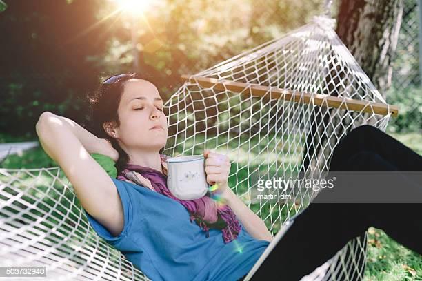 Mujer de mediana edad descansar en el patio posterior del hotel