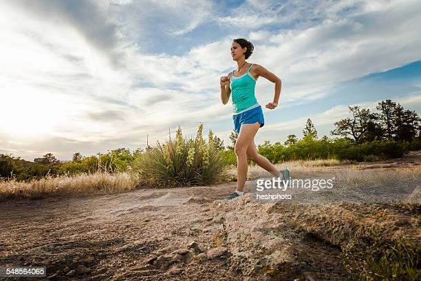 mid adult woman running on dirt track - heshphoto imagens e fotografias de stock