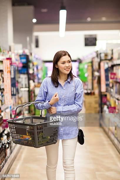 30 代の女性の雑貨ショップでは、スーパーマーケット