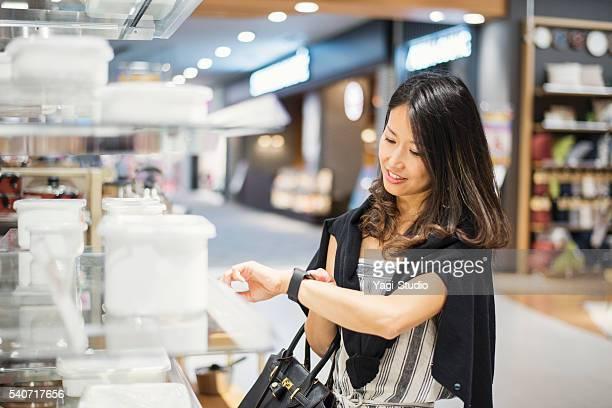 Mitte Erwachsene Frau einkaufen im Einkaufszentrum.
