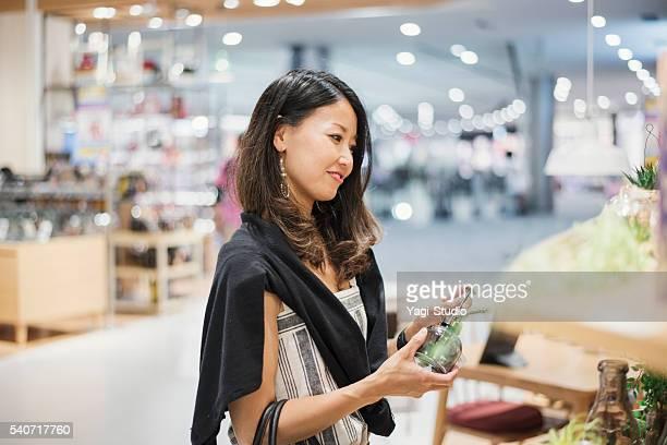 30 代の女性のショッピング街でショッピングモールがございます。 - 30代の女性 ストックフォトと画像