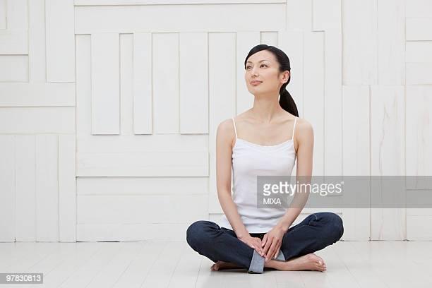 mid adult woman sitting - cami fotografías e imágenes de stock