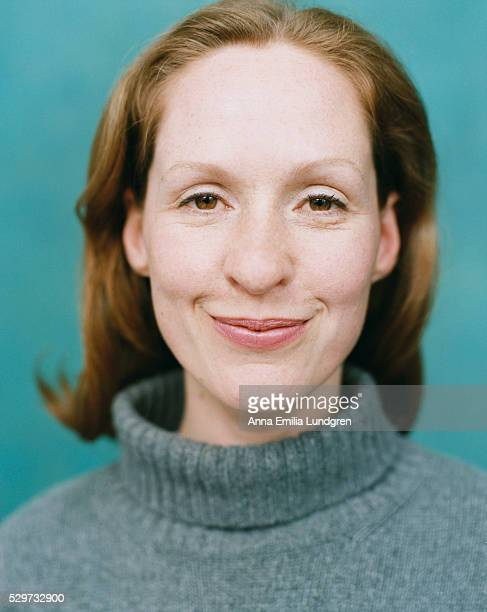 mid adult woman smiling - retrato formal imagens e fotografias de stock