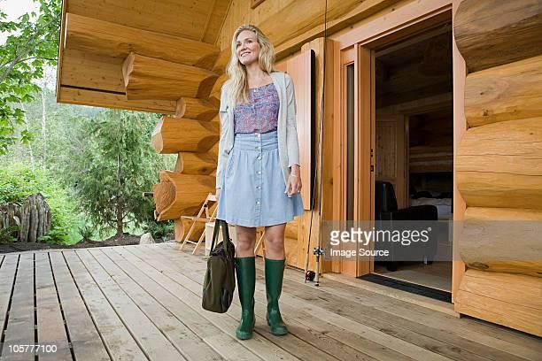 Mitte Erwachsene Frau stehend vor log cabin