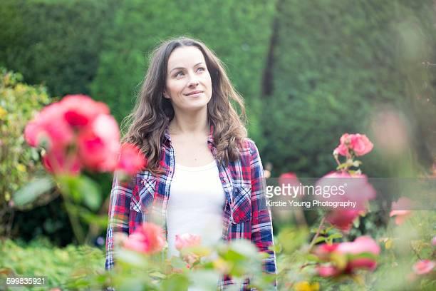 mid adult woman strolling in rose gardens at thornbury castle, south gloucestershire, uk - culture britannique photos et images de collection