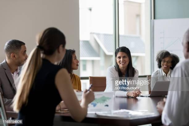 会議中に中大人の女性が話す - 運営委員会 ストックフォトと画像