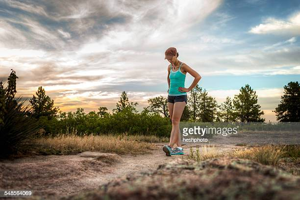mid adult woman walking on dirt track - heshphoto imagens e fotografias de stock
