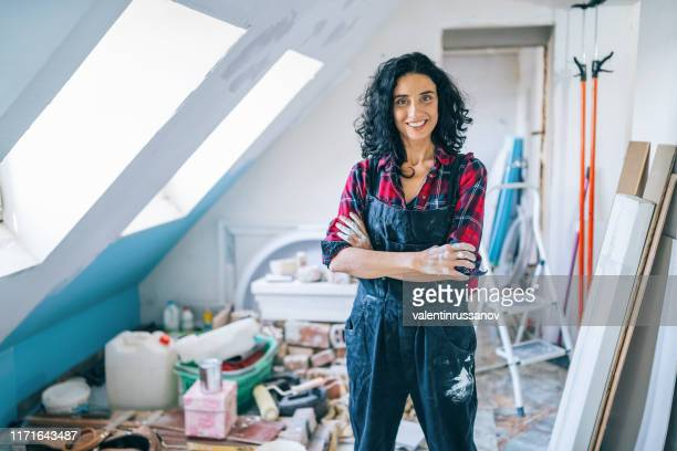 femmes adultes moyennes appréciant la rénovation à la maison - bricolage photos et images de collection