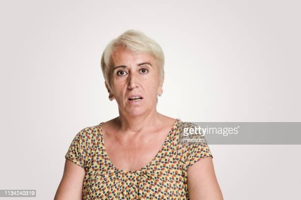 donne adulte che guardano la telecamera con un'espressione shock - mid adult women foto e immagini stock