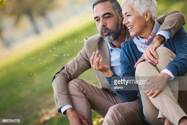公園で半ばの高齢者夫婦