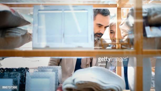 ショッピング モールで半ばの高齢者夫婦。 - ギフトショップ ストックフォトと画像