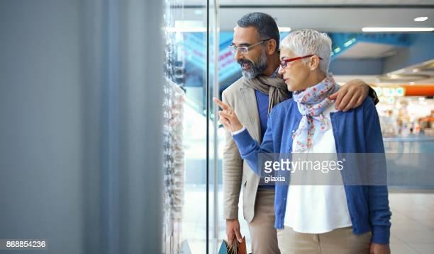 Milieu couple âgé dans un centre commercial.