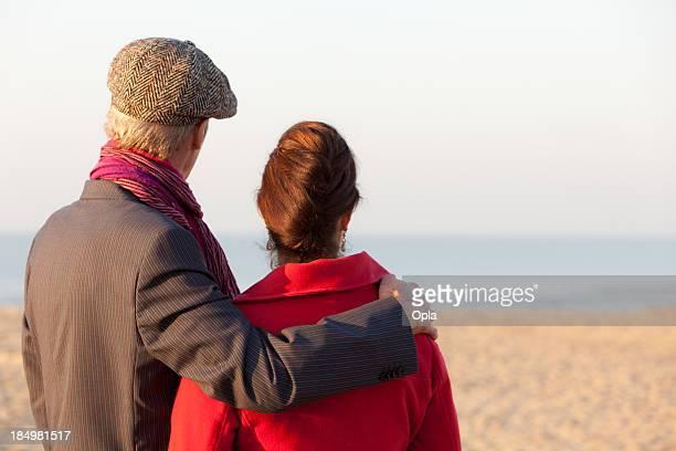 Medio invecchiato coppia guardando in spiaggia