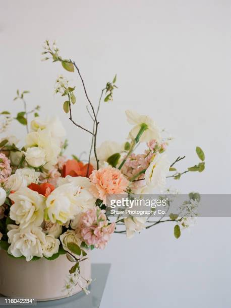 mid century modern floral centerpiece for wedding - flower arrangement stock pictures, royalty-free photos & images