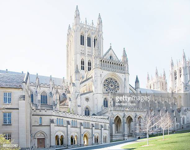 mid day sun on the  washington national cathedral - national cathedral stock pictures, royalty-free photos & images