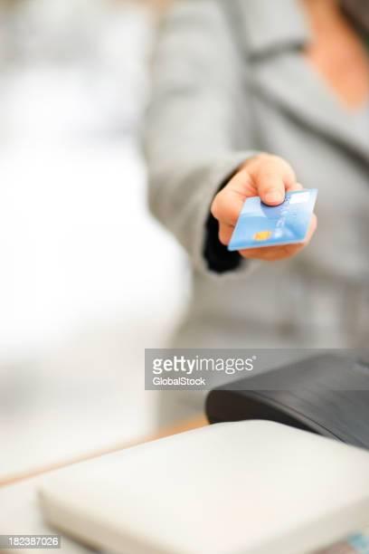 Mitte Abschnitt einer Frau holding Kreditkarte