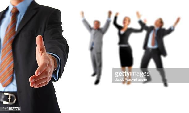 Mitte-Abschnitt der Geschäftsmann mit Blick auf den für Hände schütteln