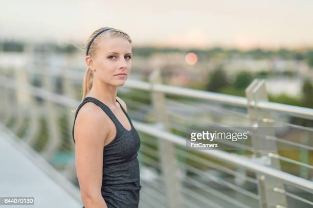 Mitten av 20s attraktiv kvinna på att jogga på bron