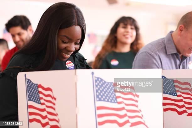 mulher de ascendência africana vota na eleição dos eua. - usa - fotografias e filmes do acervo
