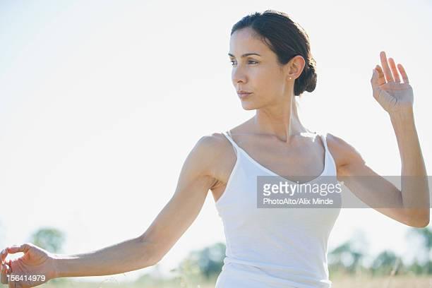 mid-adult woman practicing yoga - cami fotografías e imágenes de stock