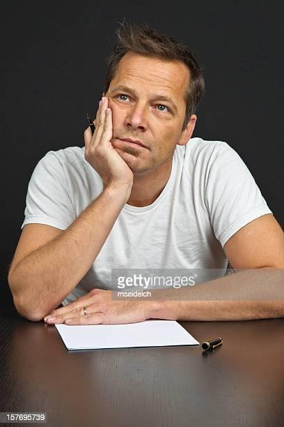 Milieu âge homme écrivant sur fond noir