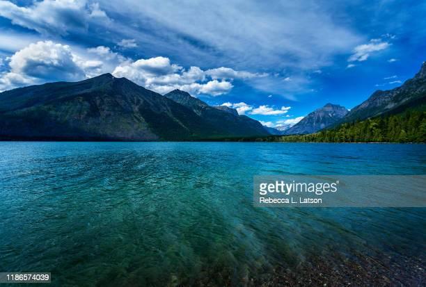 midday at two medicine lake - lago two medicine montana - fotografias e filmes do acervo