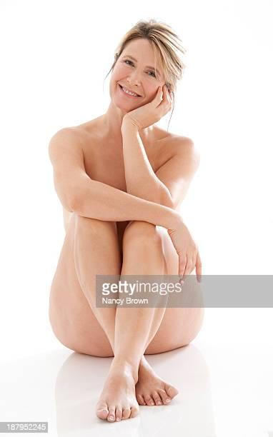 middle age woman sitting nude - mujer rubia desnuda fotografías e imágenes de stock
