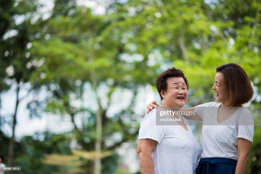 Applying Asiatin kleben mit ihrem senior im Alter von Mama : Stock-Foto