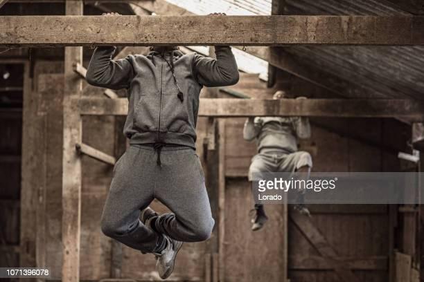 applying schwarze trainer und junge schwarze kämpfer - mixed martial arts stock-fotos und bilder