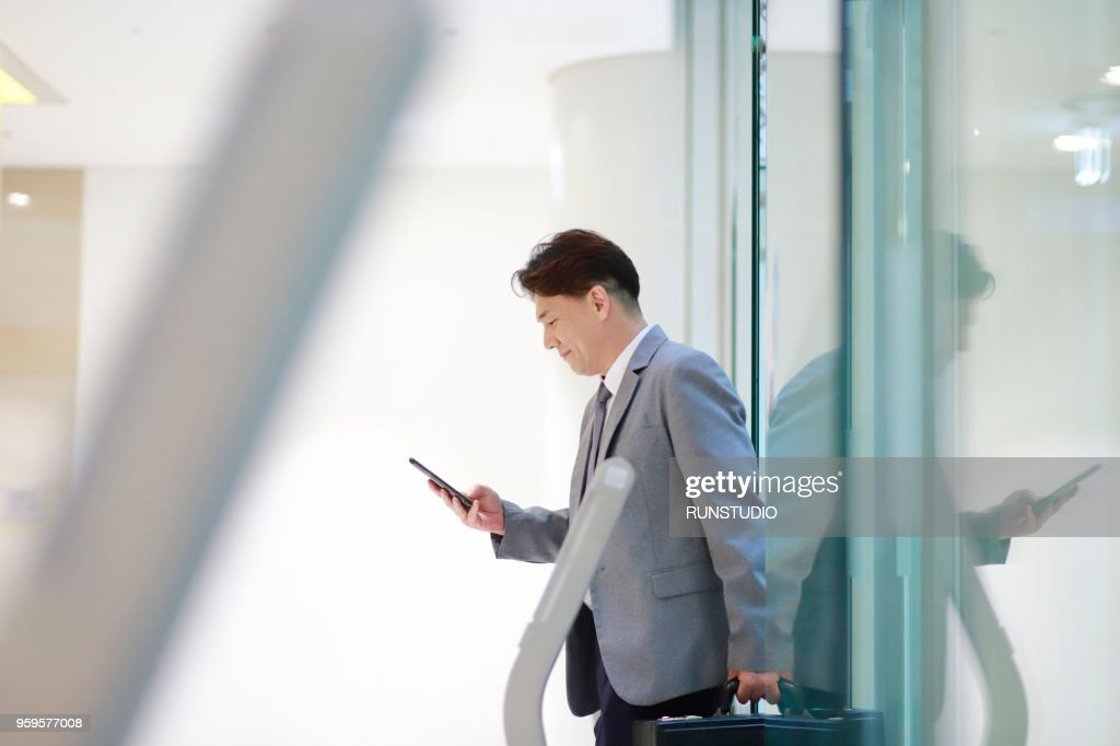 Middle aged businessman coming out of the elevator : Stock-Foto