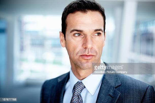 Medio de hombre de negocios mirando a otro lado
