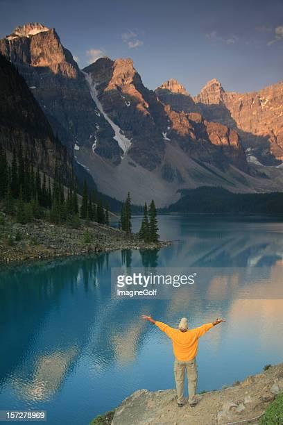 De meia idade caucasiano homem levantar as mãos em Montanhas