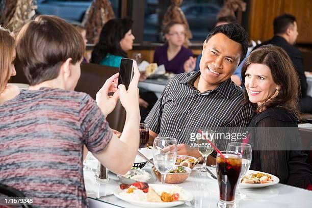 Mittleren Alter paar sich Ihr Foto in das restaurant