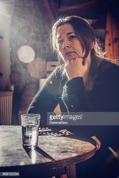 Moyen vieille femme frustrée à la maison