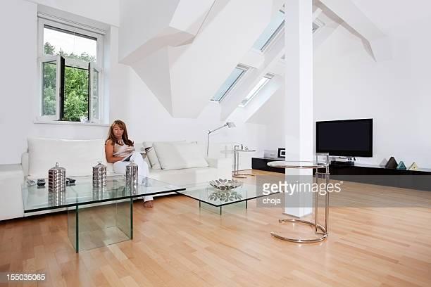 Donna di mezza età nel suo bel attico piatto