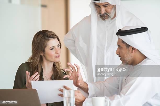 Médio Oriente escritório reunião de negócios