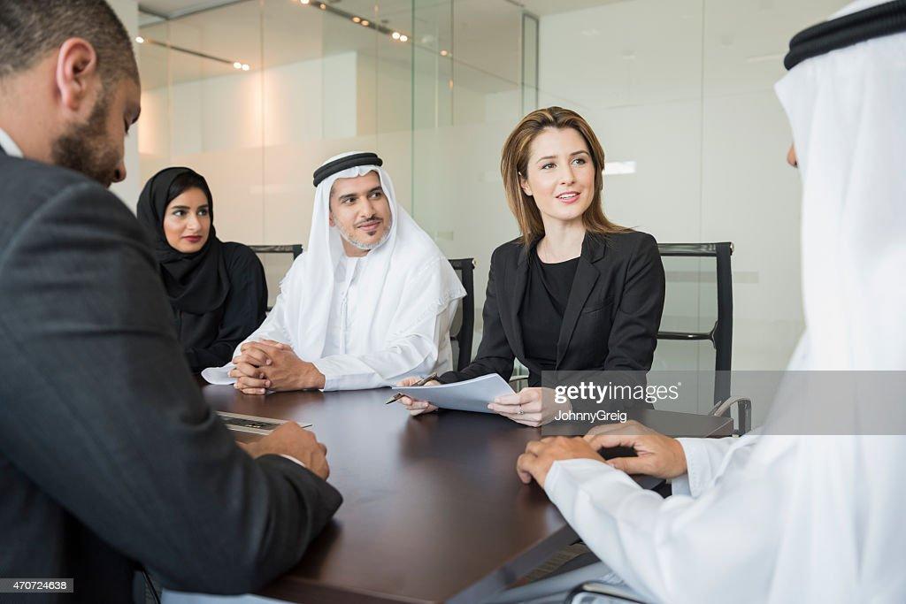 Middle Eastern Geschäftsleute mit Treffen im Büro : Stock-Foto