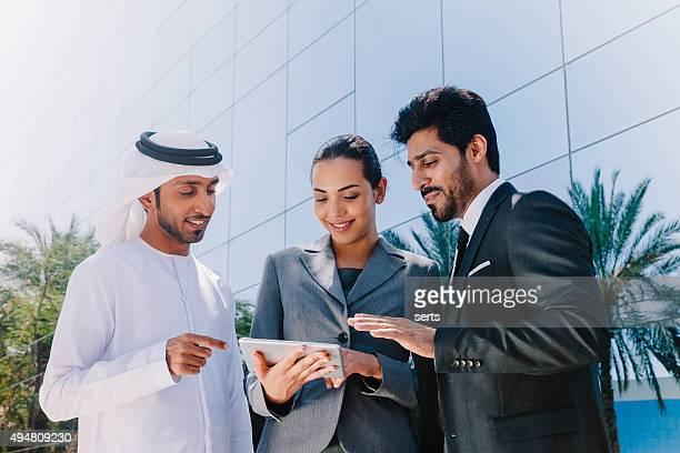 Do médio empresário e Mulher de Negócios trabalhando com Tablet Digital ar livre