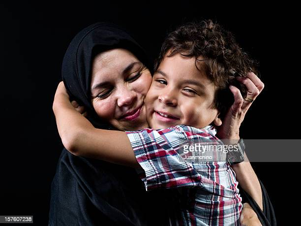 Niño de Oriente Medio, que abrazan su madre