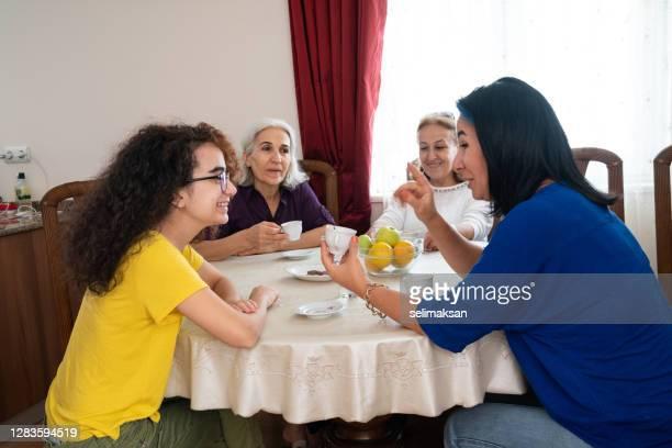 famille du moyen-orient buvant le café turc - medium group of people photos et images de collection