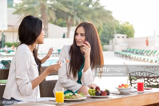 Middle Eastern Freundinnen Essen gesundes Mittagessen im Hotel Spa Resort