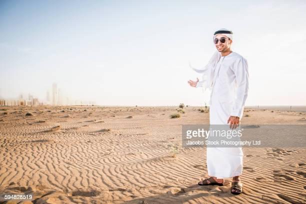 middle eastern man standing in desert - cultura árabe fotografías e imágenes de stock