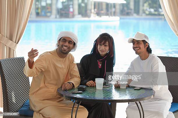 Middle Eastern Leute sitzen am Tisch im Freien