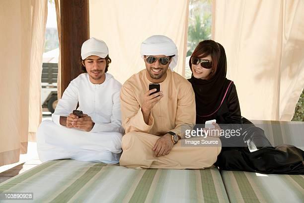 Middle Eastern Menschen sitzen auf Bett