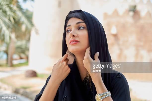 Mujer Oriente adujsting hiyab