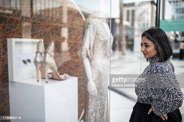 middle eastern woman fashion stylist - gulf countries stock pictures, royalty-free photos & images