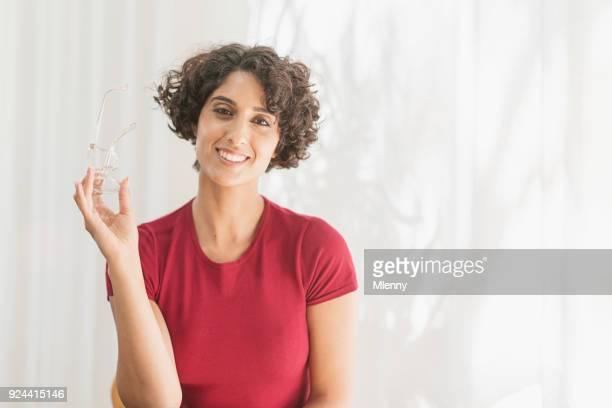 nahen ostens glücklich lächelnde frau - mlenny stock-fotos und bilder