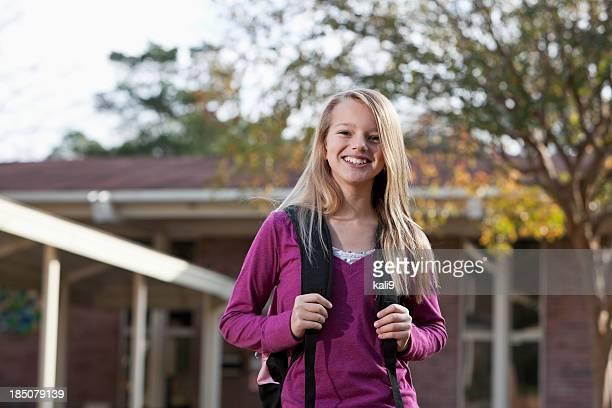Collège étudiant à l'extérieur avec bookbag