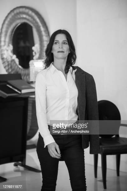middle-aged businesswoman in black and white - sergi albir fotografías e imágenes de stock